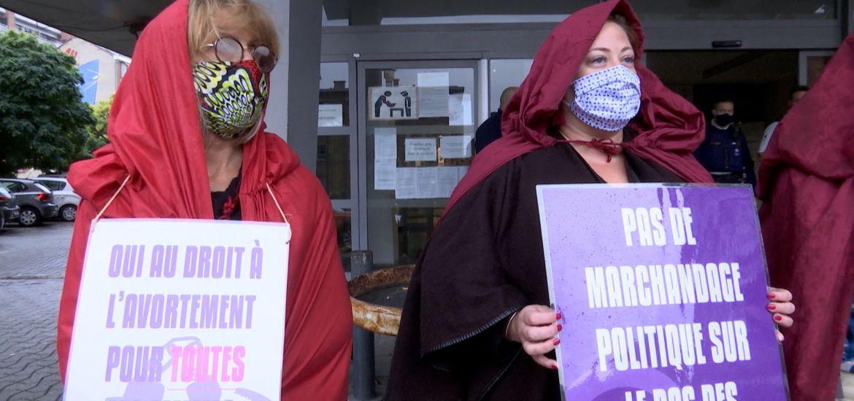 Avortement: des servantes écarlates devant le Palais de Justice de Charleroi